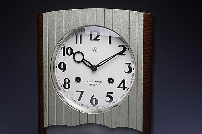 当時の時計らしい斬新なデザインのレトロ柱時計